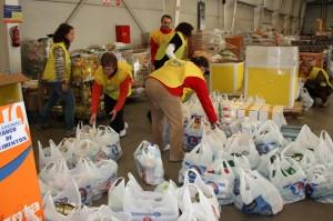 2013-07-06_Un_grupo_de_voluntarios_prepara_el_reparto_de_comida_del_Banco_de_Alimentos